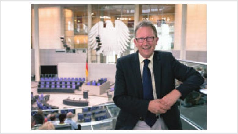 """Jugendmedienworkshop im Deutschen Bundestag behandelt das Thema """"Zwischen Krieg und Frieden"""""""