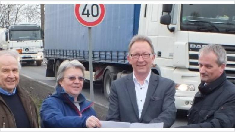 Hoffen, dass das Land nun seine Zusage endlich wahrmacht und im Zuge der B 8 mit dem Bau der dritten Fahrspur zwischen Hasselbach und Weyerbusch begonnen wird: Ortsbürgermeister Hans-Jürgen Staats, Dagmar Hassel, MdB Erwin Rüddel und Torsten Löhr.